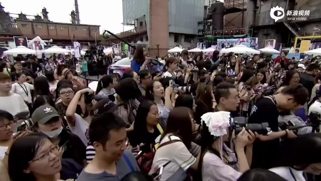 主持人张大大走场与粉丝互动
