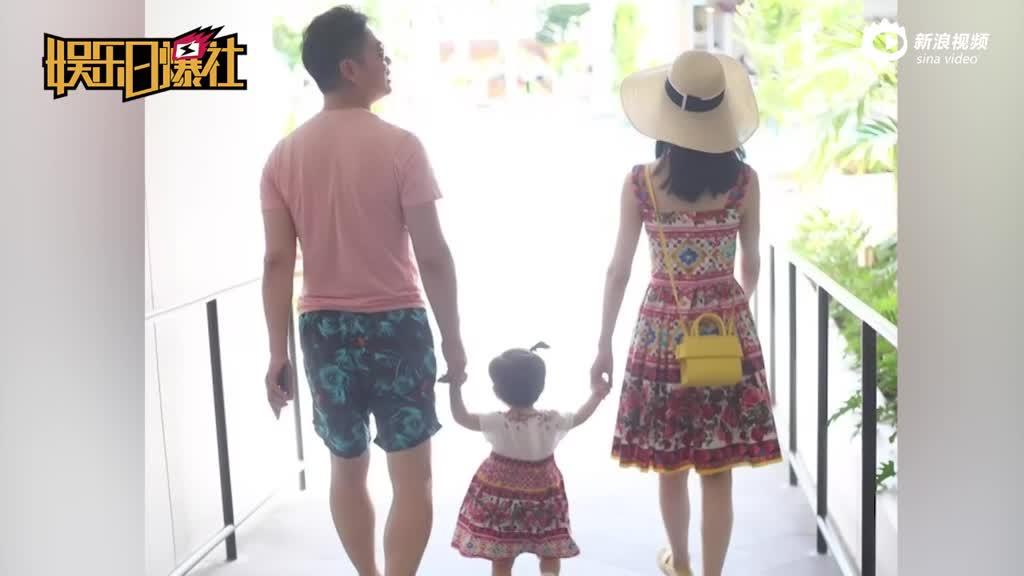 章泽天一家三口手牵手合影 和女儿穿母女装超有爱
