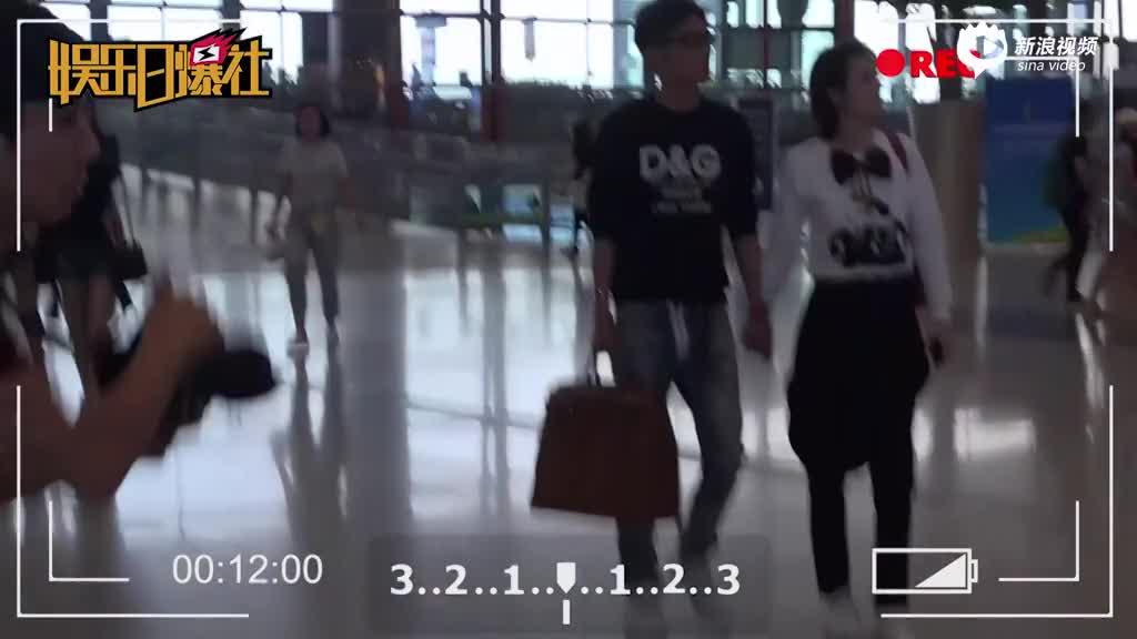 张丹峰和老婆出行十指相扣一脸痴汉相好甜蜜