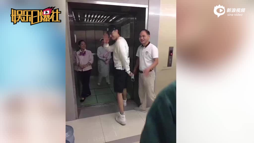 胡歌现身医院陪妈妈动手术?