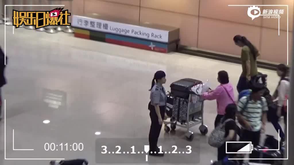 黄安独自一人现身机场