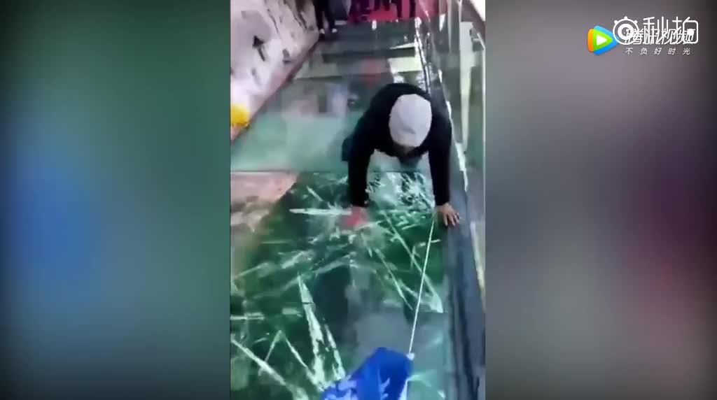 男游客在东太行景区玻璃栈道行走中滑倒,玻璃突现破碎