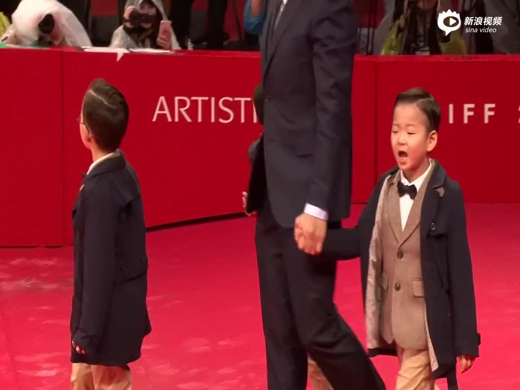 三胞胎亮相釜山电影节红毯