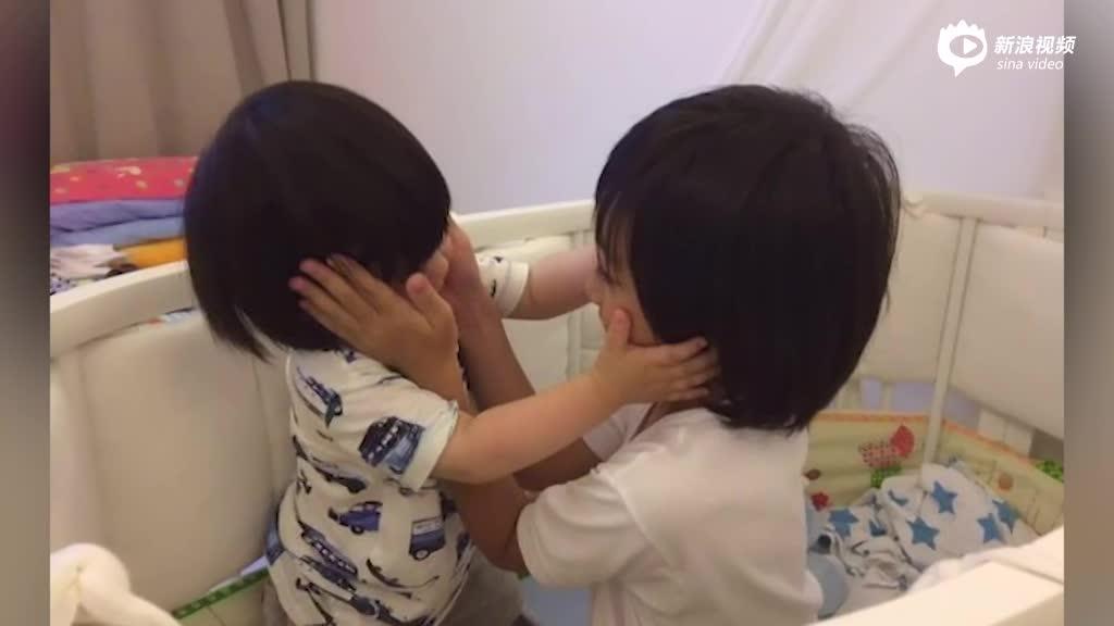 Kimi和弟弟捧脸对视