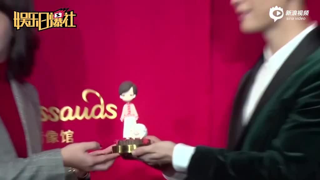 视频:张艺兴揭幕二月红蜡像自曝测量时穿得少有些迷茫