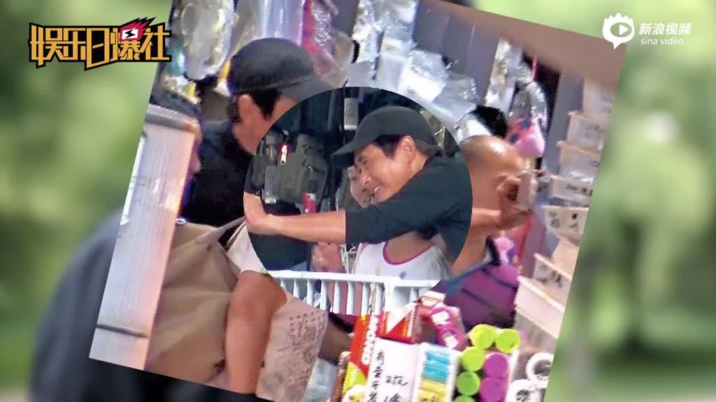 视频:周润发去杂货铺买凉拖50元一双穿上就走