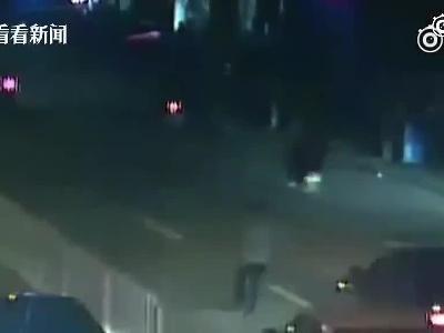 男子马路上无故拦车并拽出来殴打 女子趴栏杆大喊救命