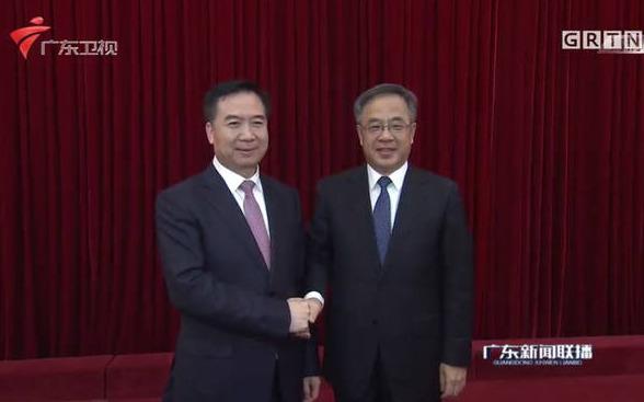 广东干部会议现场:胡春华与李希握手