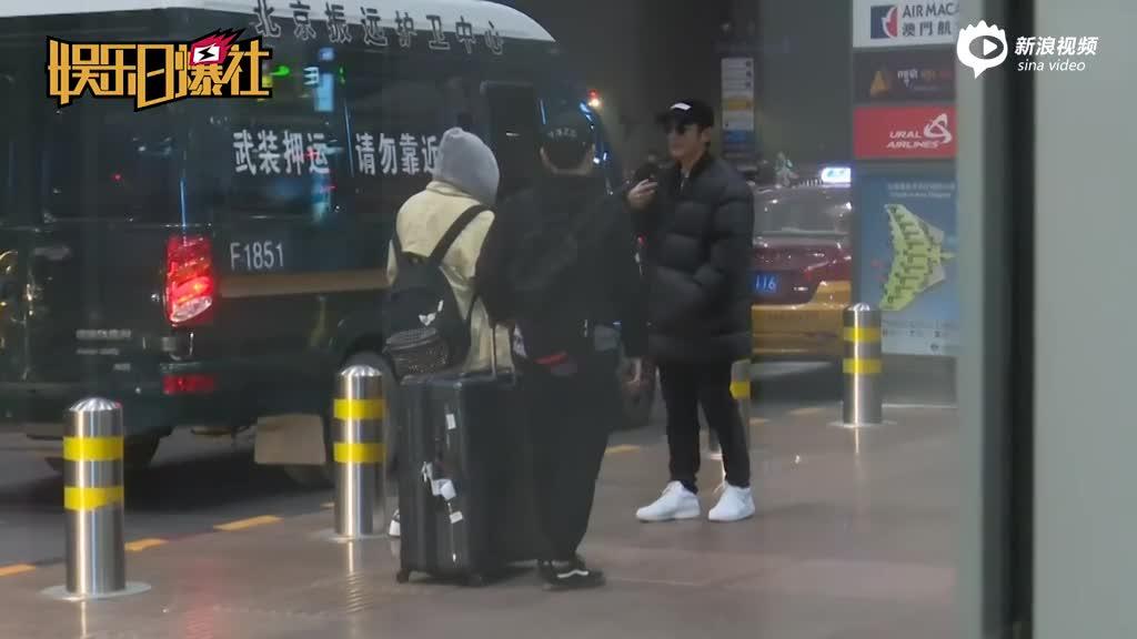 视频:杜江现身机场裹得超暖和面对镜头微笑打招呼