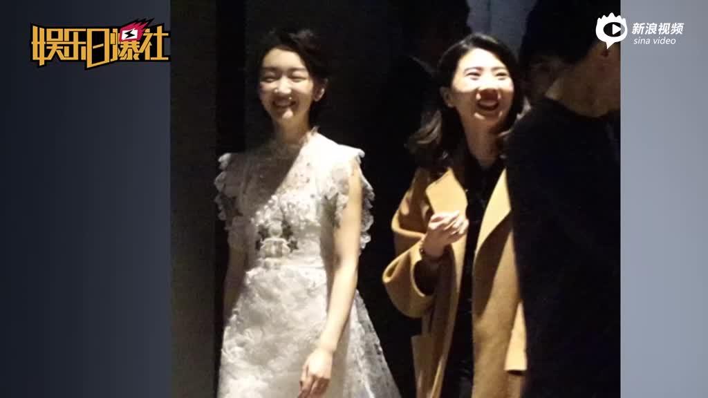 视频:周冬雨白裙秀美腿获众人保护一路傻笑表情呆萌