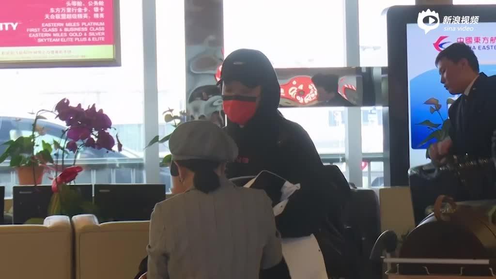 视频:周汤豪橘色口罩遮面现身机场低头与助理热聊不断