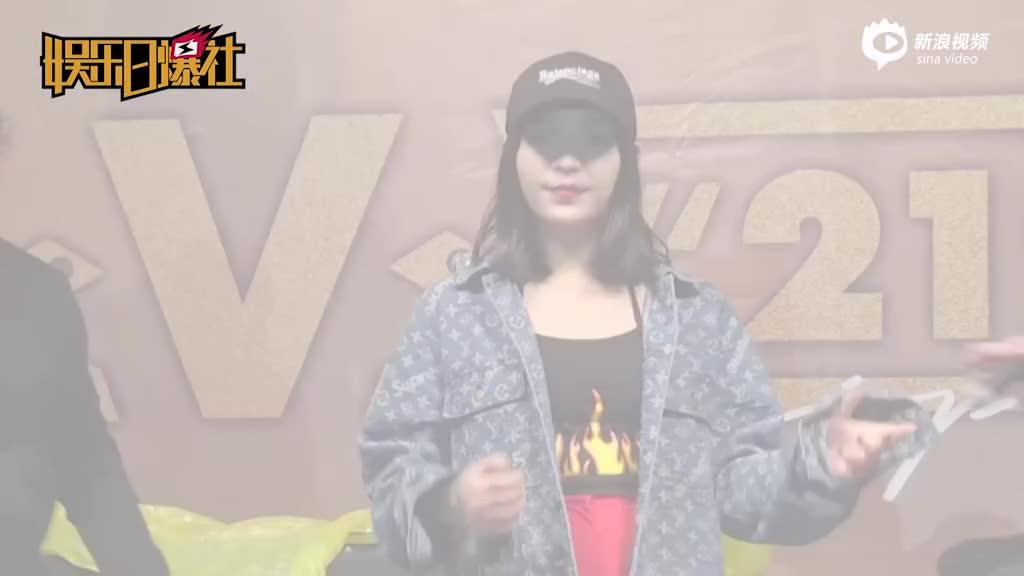 视频:VAVA签唱会千名粉丝雨中苦等直言喜欢男神彭于晏