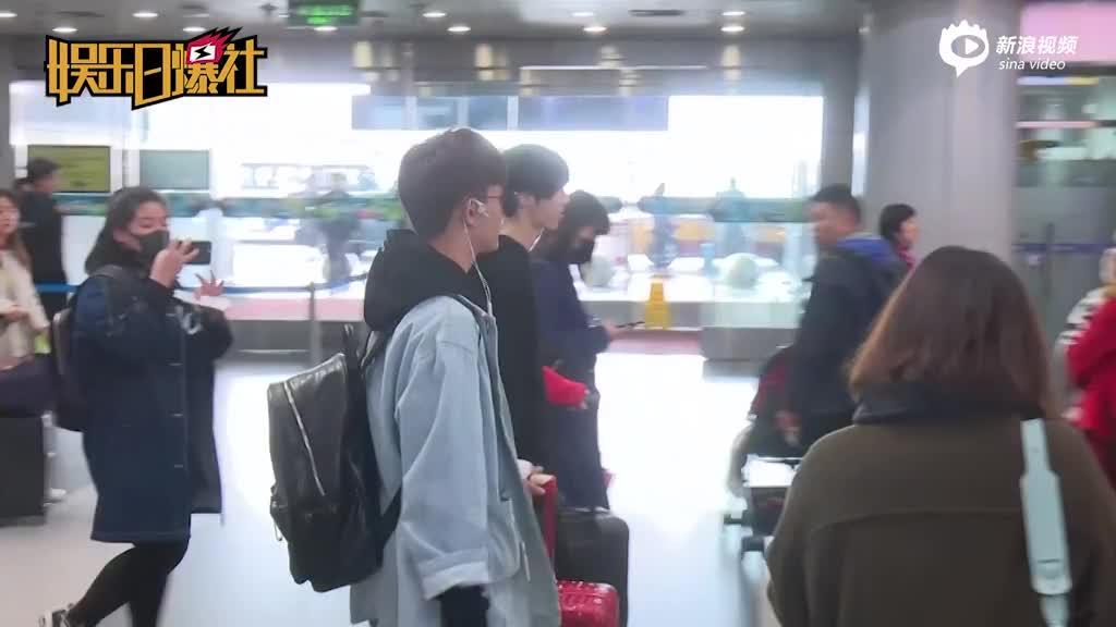 视频:彭楚粤混搭风现身机场天使翅膀造型耳机超吸睛