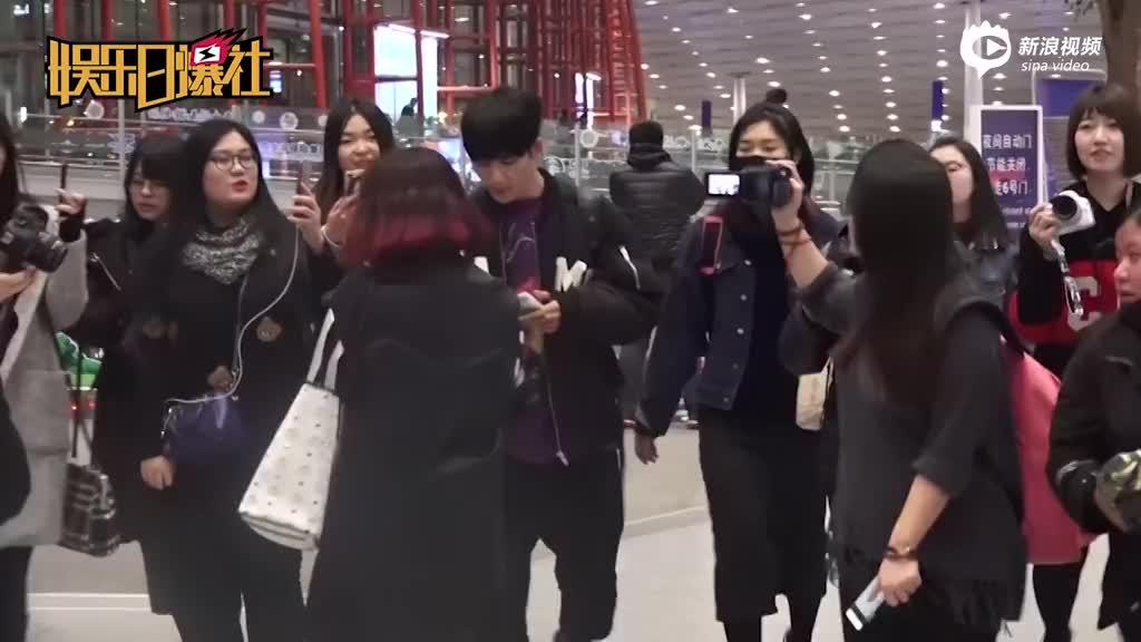 视频:大张伟疲惫现身获众多粉丝簇拥拍照瞬间原地复活
