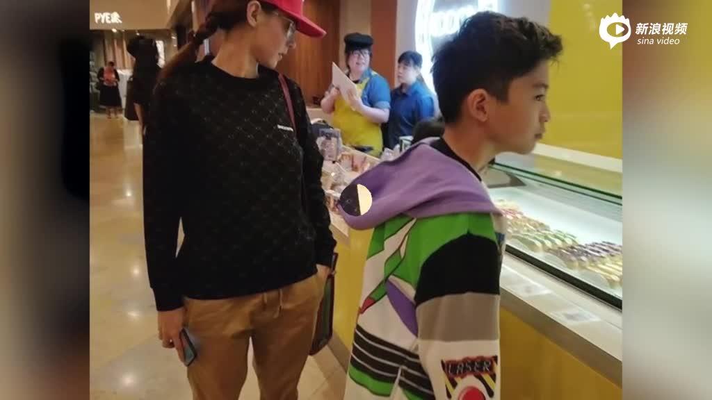 视频:有子万事足张柏芝带俩帅儿子逛街吃喝超温馨