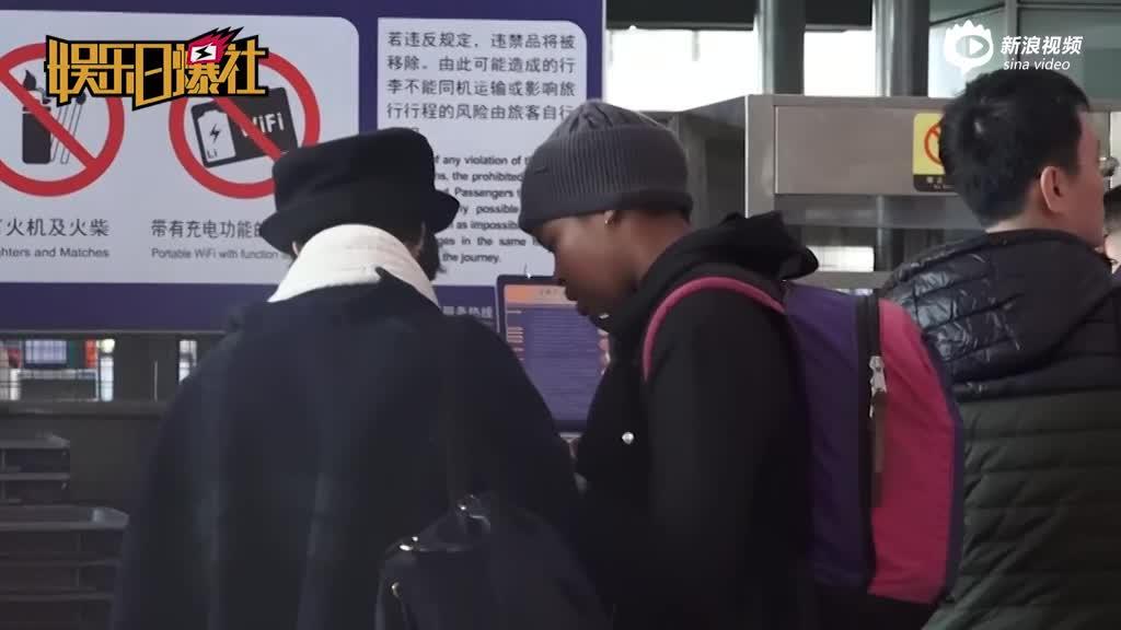 视频:张歆艺英伦风现身机场对镜卖萌与外国友人交谈甚欢