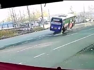 公交车为躲自行车侧翻,骑车人淡定离开