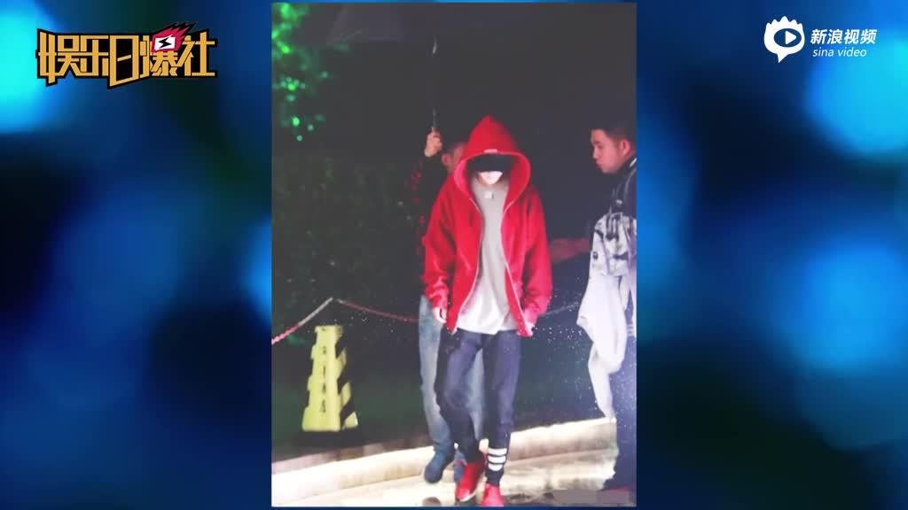 视频:不走寻常路易烊千玺衣服穿反不摘吊牌大秀时尚
