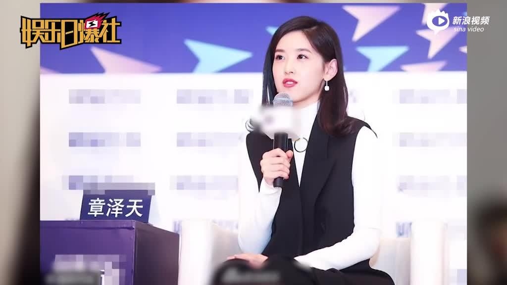 视频:奶茶妹妹出席活动穿黑白套装手捧鲜花温婉动人
