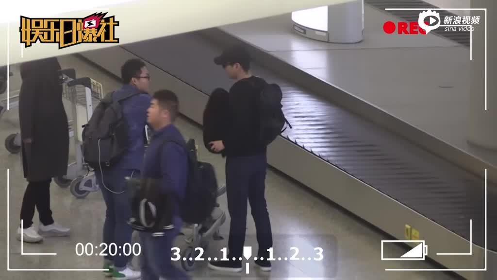 视频:赵又廷大口喝水偶遇白宇热聊拒绝女粉丝合影要求