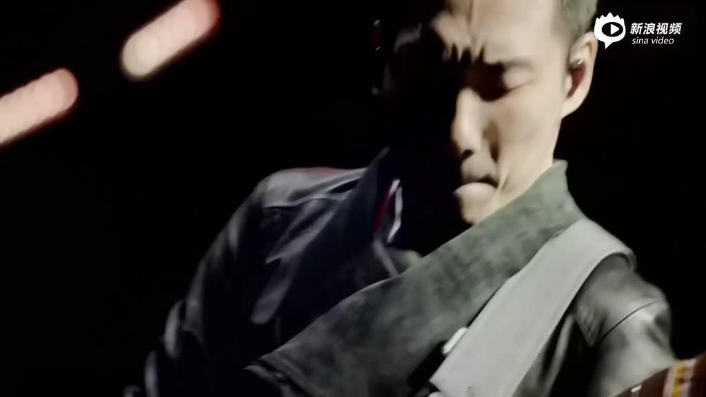 视频:五月天演唱会歌迷扔bra上台阿信捡起挂石头肩头