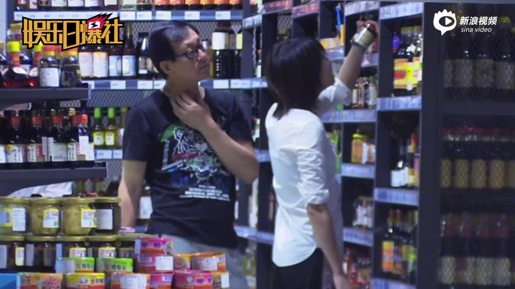 视频:郑爽素颜装扮朴素与老爸超市扫货挑不停