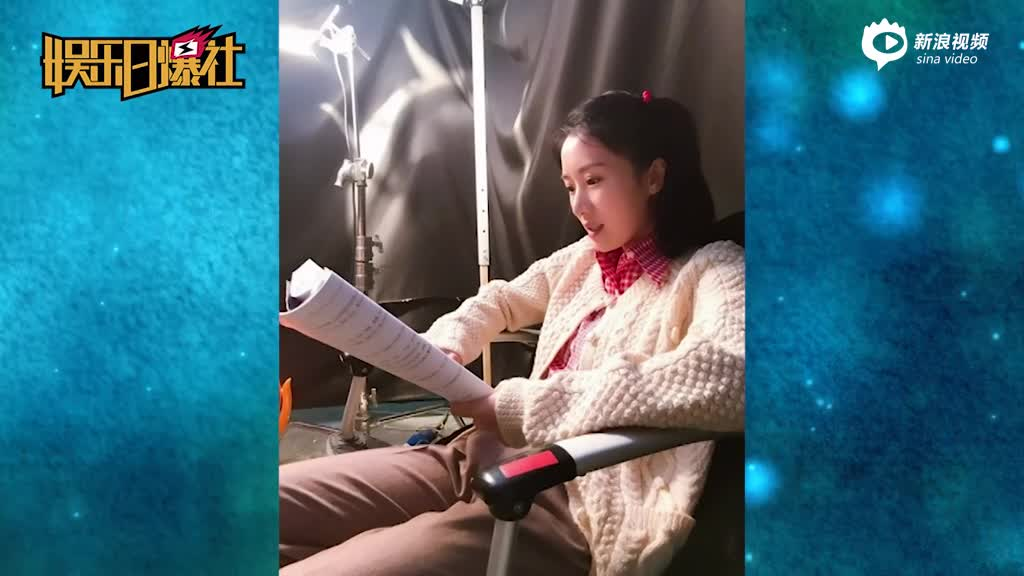 视频:阔太李念片场看剧本打扮朴实扎马尾清纯似少女