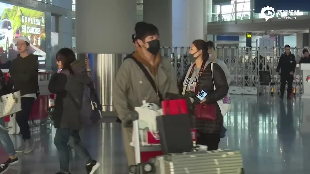 视频:孟瑞大衣披肩机场秀时尚随助理来回踱步似迷路