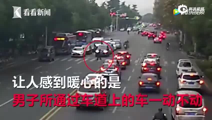 30多辆车同时礼让 画面在这一刻静止了45秒