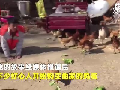 残疾小伙靠爬行养鸡:想靠自己双手赚钱来报答养父-时间视频的秒拍