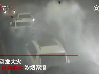 高速隧道再现多车追尾 现场布满烧焦的车架