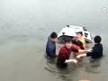 暖心!汽车落水,民警不顾寒冷下水合力救人