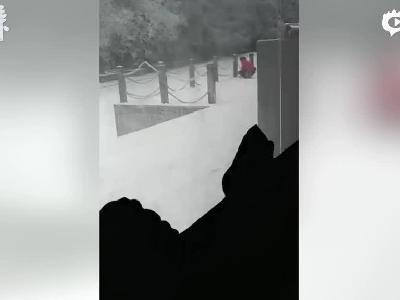 网友拍摄:张家界一麦当劳店疑似门外挖雪制作咖啡牛奶