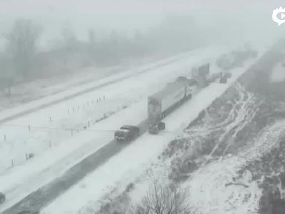 实拍:美国高速公路积雪严重 70多辆车接连相撞