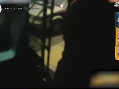 男子调戏女乘客,被司机制止后抢方向盘