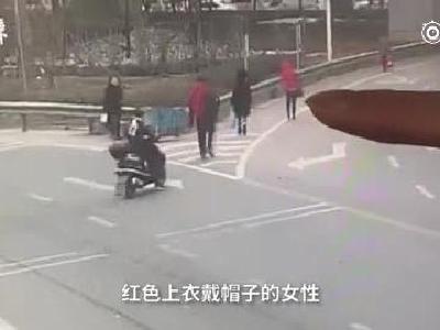 """监拍武汉""""飞车党""""抢夺:专抢女性挎包"""