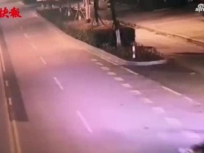 女司机专注开车,醉酒老公开车门掉路上