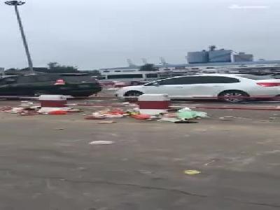 海南大量出岛车辆在海口滞留 留下满地垃圾