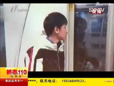 上海:中学生跪地捡小广告  热心举动暖人心