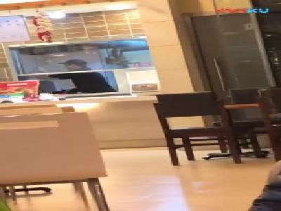 亚惠餐厅用扫帚炒锅清洗厨房 食品卫生引顾客担忧