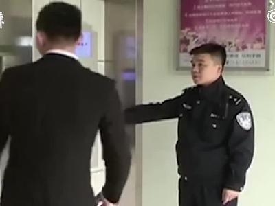 朝ATM喊话取钱不成,男子砸4台柜机