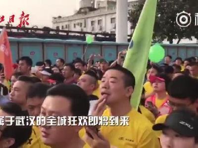 现场直击:2.4万名汉马选手高唱国歌