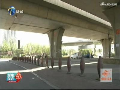市民车辆违规停放 被困桥下难取出
