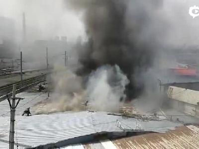 哈尔滨道外港务局桥下发生火情 现场浓烟滚滚