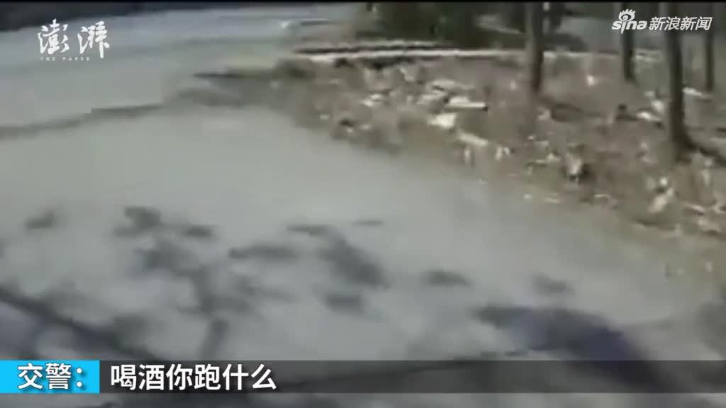 """视频丨无证司机遇交警 """"转移目标""""自称酒驾"""