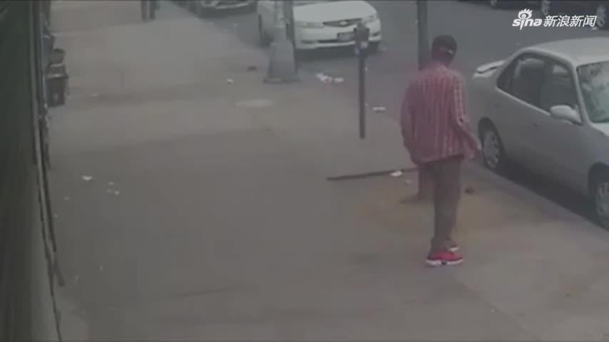 视频丨纽约一男子路上被殴打抢劫 路人冷眼旁观