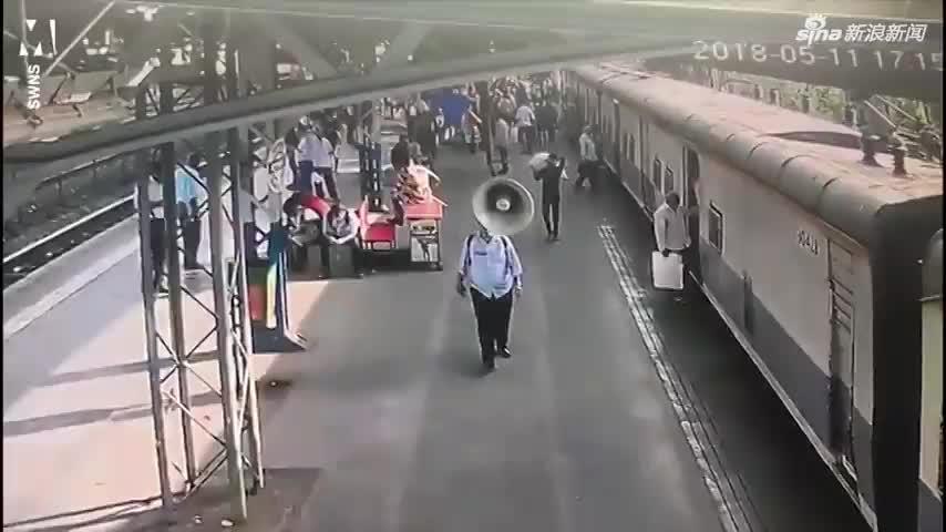 视频丨印度一女孩险些命丧火车之下 幸得一军人出手