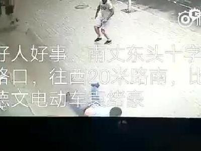 小伙飞身撞停失控三轮车 救下车上两岁女... 来自广州日报 - 微博