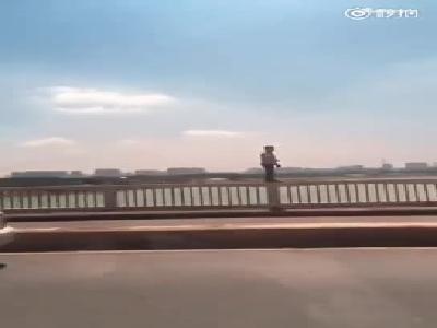 南宁清川大桥一男子跳江轻生