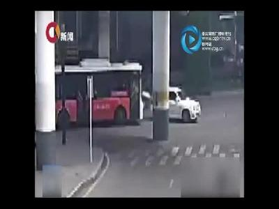 强行变道引发擦挂 马路中间上演全武行